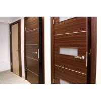 Чем межкомнатные шпонированные двери отличаются от дверей из цельного массива